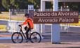 A presidente afastada, Dilma Rousseff, pedala pelos arredores do Palácio da Alvorada
