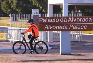 A presidente afastada, Dilma Rousseff, pedala pelos arredores do Palácio da Alvorada Foto: Jorge William / Agência O Globo / 4-7-2016