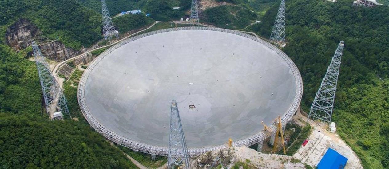 Imagem do site da agência de notícias chinesa Xinhua mostra o 'prato' do radiotelescópio FAST completo: equipamento de 500 metros de diâmetro será o maior do tipo no mundo Foto: Reprodução/Xinhua