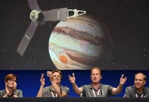 Cientistas da Nasa comemoram a chegada da sonda Juno à órbita de Júpiter, após cinco anos de viagem Foto: ROBYN BECK / AFP