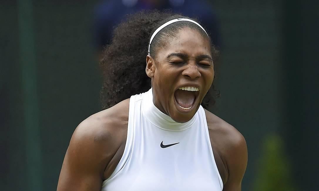 Serena Williams, dos Estados Unidos, grita durante a partida contra a tenista russa, Anastasia Pavlyuchenkova, no nono dia do Torneio de Wimbledon TOBY MELVILLE / REUTERS