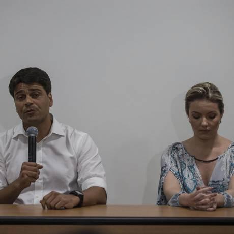 O pré-candidato à prefeitura do Rio Rio Pedro Paulo concede entrevista ao lado da ex-mulher Alexandra Marcondes sobre a suposta agressão Foto: Alexandre Cassiano / Agência O Globo / 12-11-2015