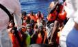 Migrantes resgatados em junho na costa líbia: risco no Mediterrâneo Foto: DARRIN ZAMMIT LUPI / REUTERS