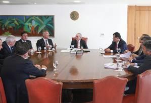 O presidente interino Michel Temer se reúne com o presidente do Senado, Renan Calheiros, e senadores Foto: André Coelho / Agência O Globo / 5-7-2016