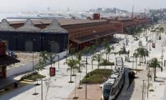 O boulevard na zona portuária, no Rio. Há passagens com preços promocionais para a cidade Foto: Domingos Peixoto / Agência O Globo / 7-5-2016