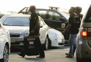 Equipe da Polícia Federal leva para sede documentos apreendidos na Eletronuclear Foto: Gabriel de Paiva / O Globo