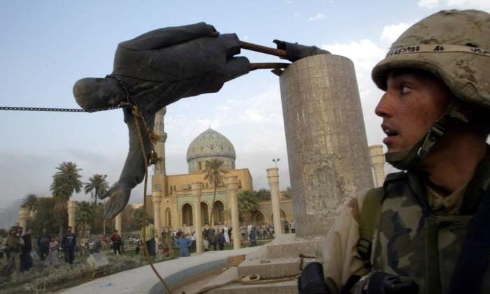 Estátua de Saddam Hussein é derrubada em Bagdá, em 2003 Foto: GORAN TOMASEVIC / REUTERS/9-4-2003