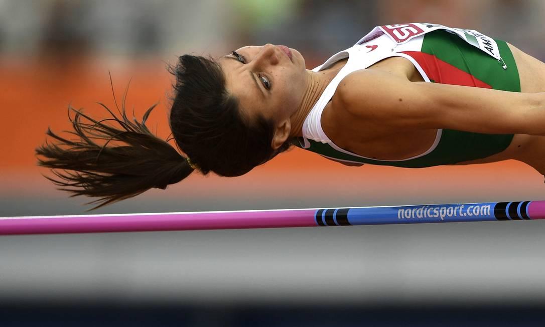 Mirela Demireva, da Bulgária, compete no salto em altura do Europeu de Atletismo, em Amsterdã FABRICE COFFRINI / AFP