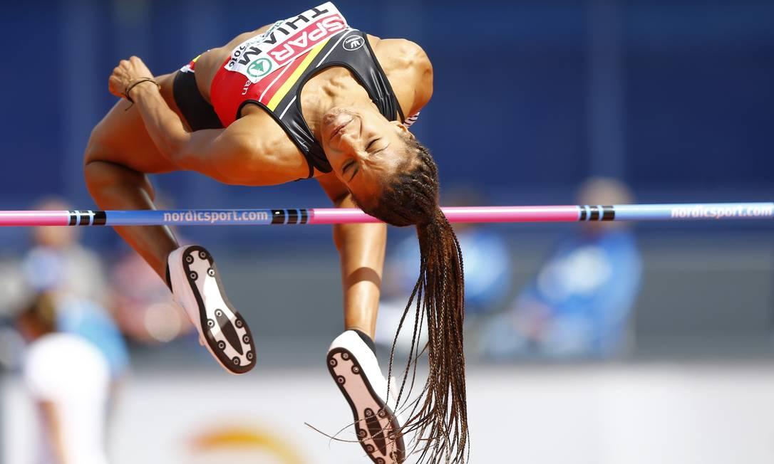 A belga Nafissatou Thiam ultrapassa o bastão e consegue bom salto Matthias Schrader / AP