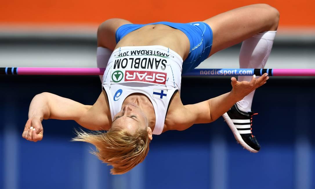 Em ação agora Linda Sandblom, da Finlândia, outra atração do salto em altura FABRICE COFFRINI / AFP