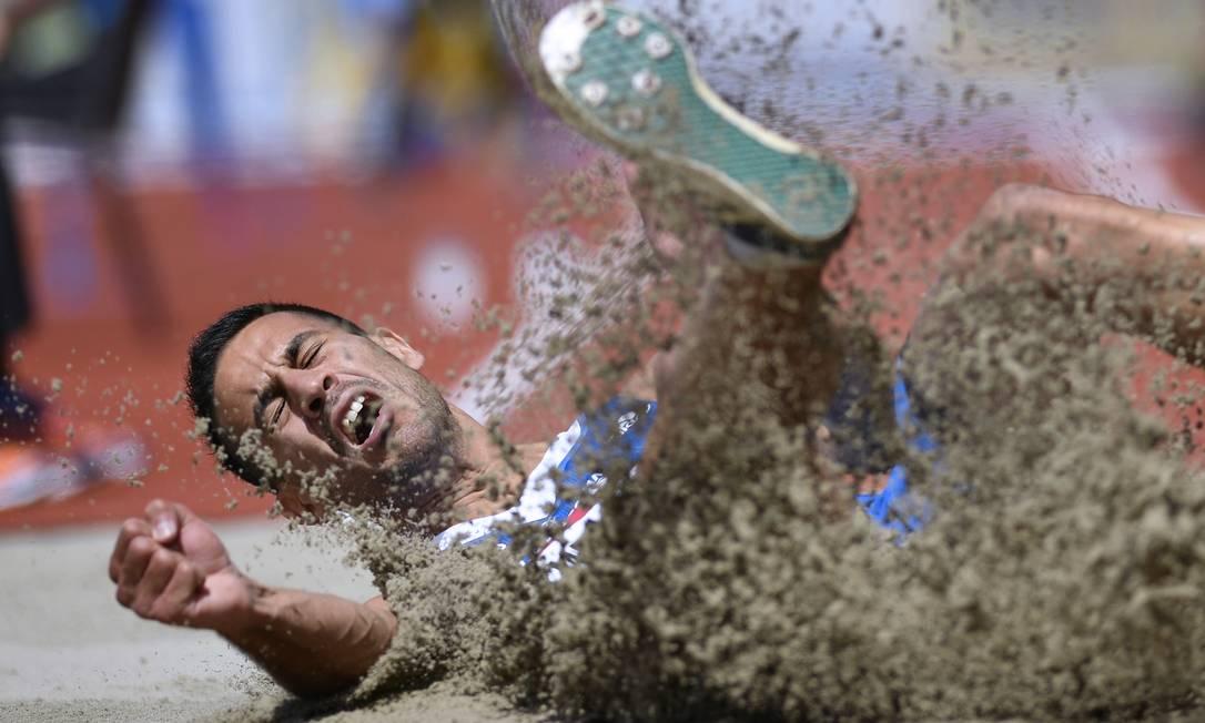 Da Grécia, Mihail Mertzanidis-Despoteris compete no salto em distância FABRICE COFFRINI / AFP