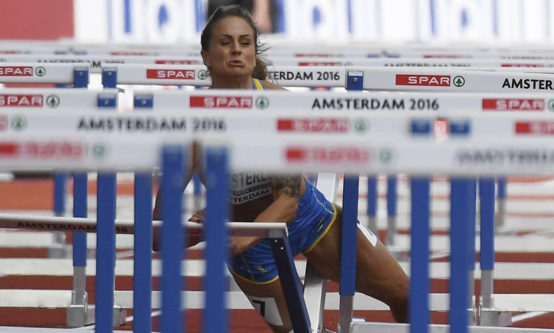 A sueca Elin Westerlund cai durante prova de 100m com barreiras no Europeu de Atletismo, em Amsterdã Geert Vanden Wijngaert / AP