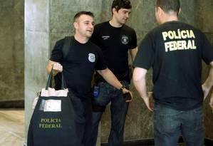 Policiais federais levam documentos apreendidos na sede da Eletrobras, no Rio Foto: Gabriel de Paiva / O GLOBO