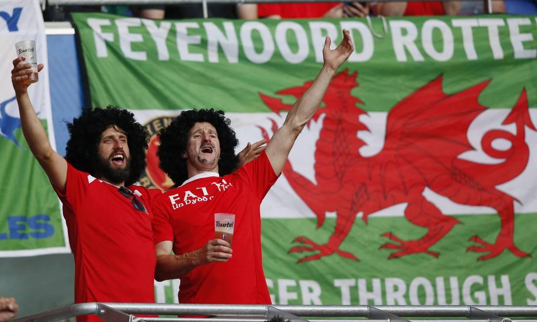 A dupla de torcedores de País de Gales em Lyon: seleção estreante na Euro faz semifinal contra Portugal Robert Pratta / REUTERS