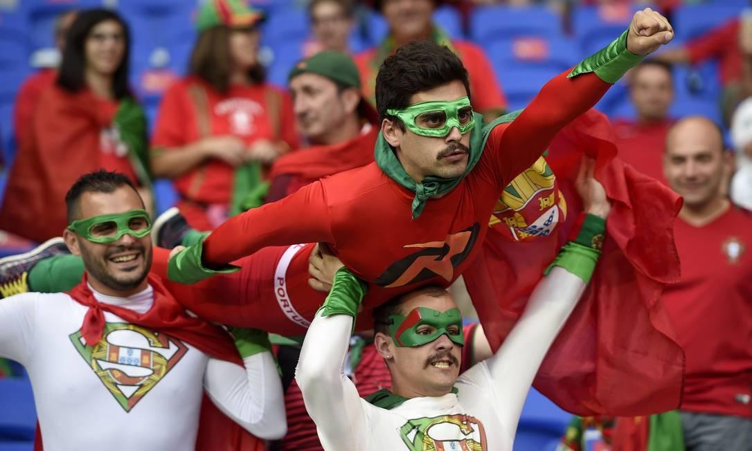 Torcedores de Portugal são super-heróis que lembram, mesmo sem querer, os saudosos Mamonas Assassinas AFP