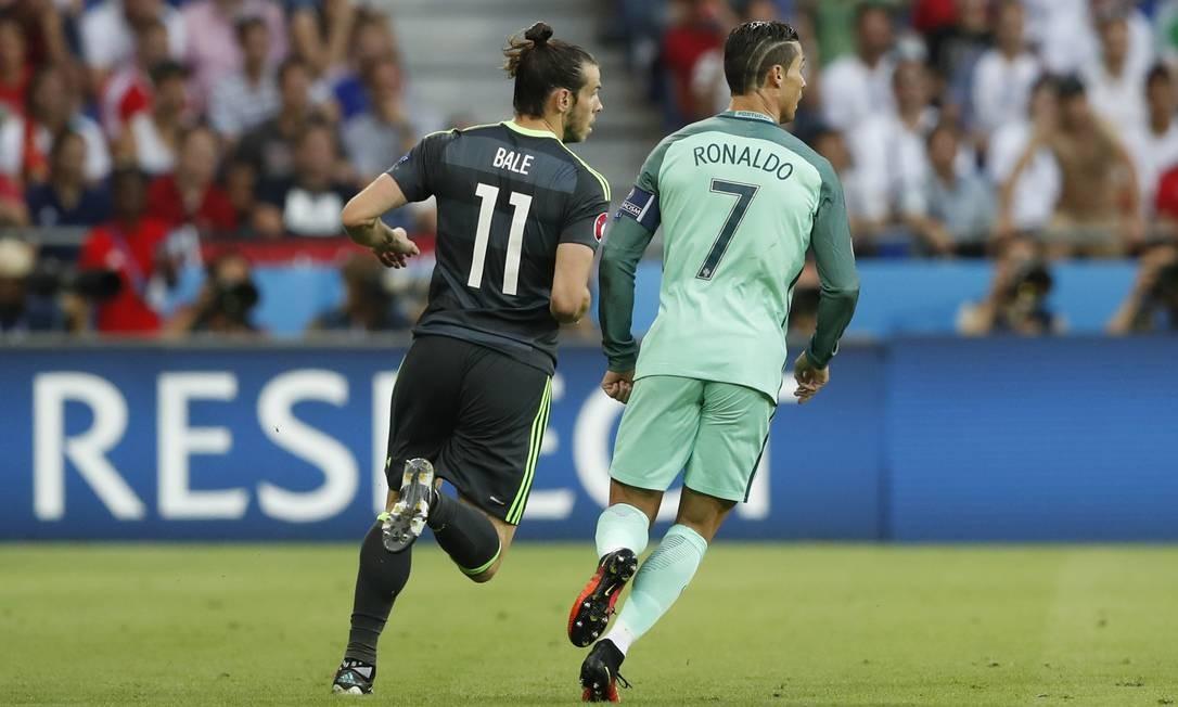 Companheiros no Real Madrid, Gareth Bale (11) e Cristiano Ronaldo (7) ficam lado a lado em Lyon no duelo entre País de Gales e Portugal na semifinal da Eurocopa Carl Recine / REUTERS