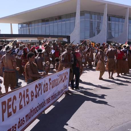 Grupo com cerca de 50 indígenas Pataxós e Tupinambás dançam e frente ao Palácio do Planalto Foto: Jorge William / Agência O Globo / 6-7-2016