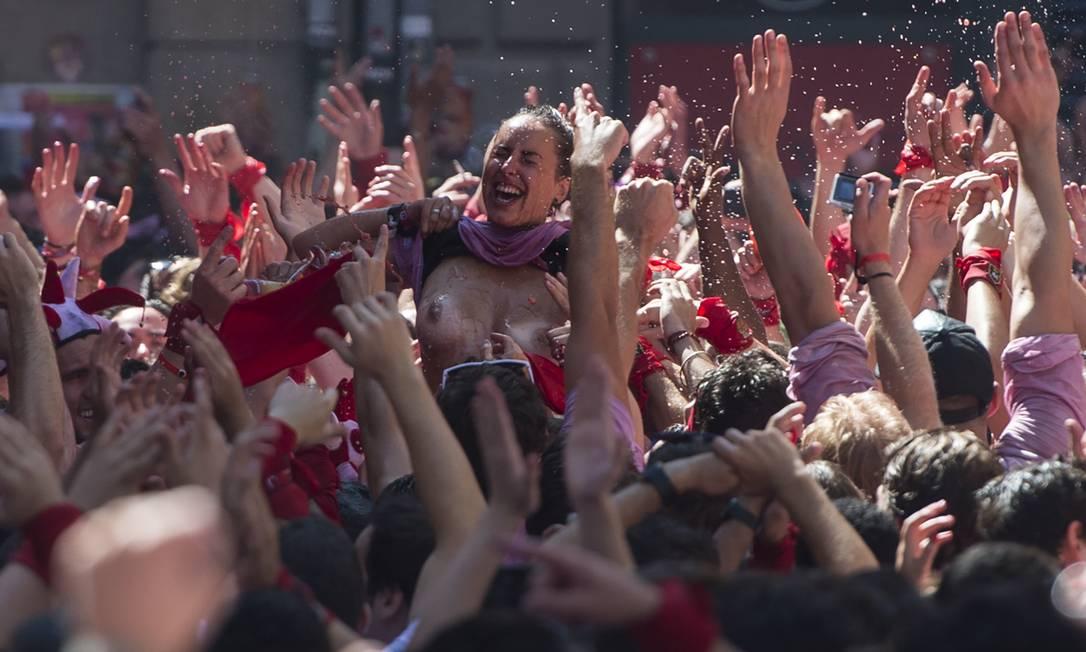 O festival é um símbolo da cultura espanhola, que atrai milhares de turistas para assistir as corridas de touro, apesar da condenação pesada de grupos de direitos dos animais MIGUEL RIOPA / AFP