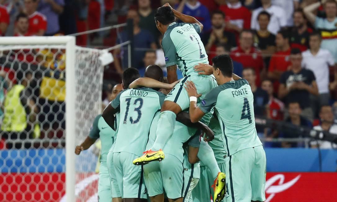 Jogadores de Portugal comemoram com pirâmide humana um dos gols sobre País de Gales Kai Pfaffenbach / REUTERS