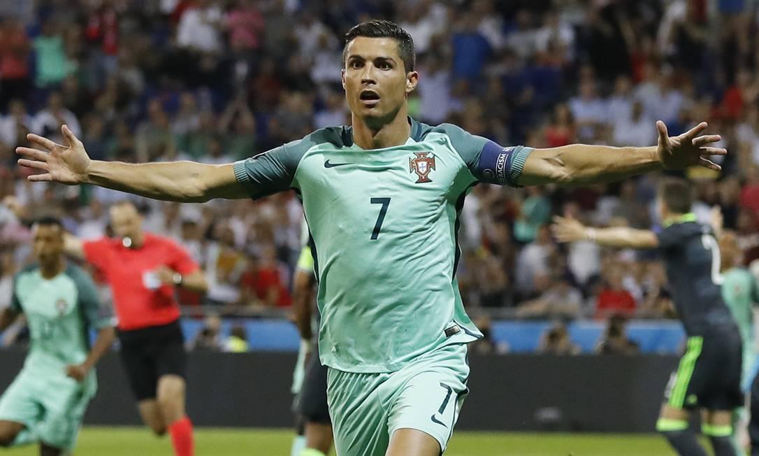 Cristiano Ronaldo festeja o gol que marcou, o terceiro dele na Eurocopa e o primeiro no jogo entre Portugal e País de Gales Frank Augstein / AP