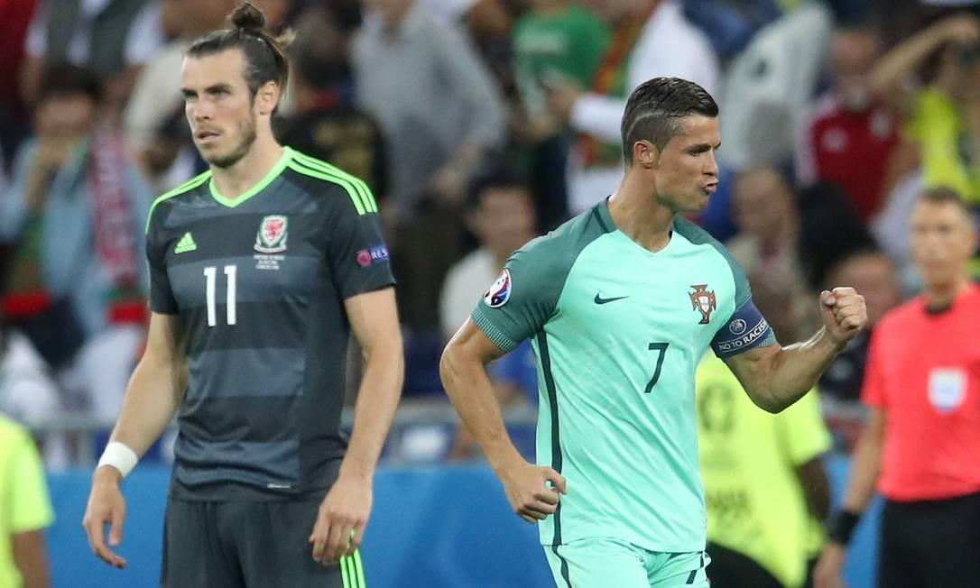 Enquanto Bale se mostra abatido, Cristiano Ronaldo comemora: Portugal vence Gales na semifinal da Eurocopa Petr David Josek / AP