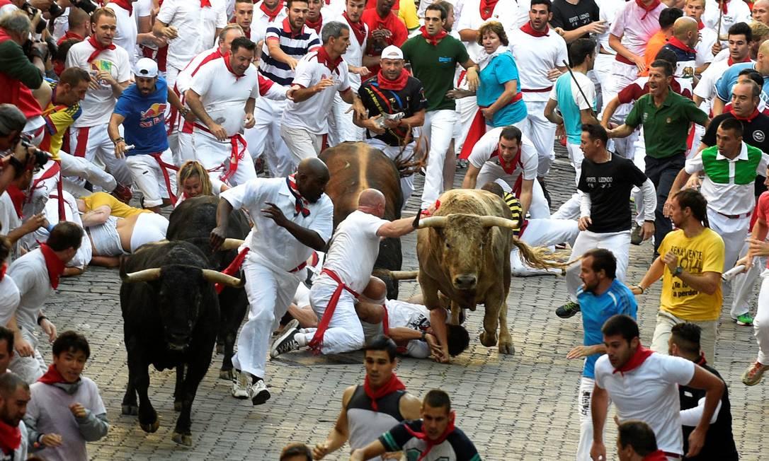 Centenas de pessoas participam da corrida de touros nas ruas de Pamplona ELOY ALONSO / REUTERS
