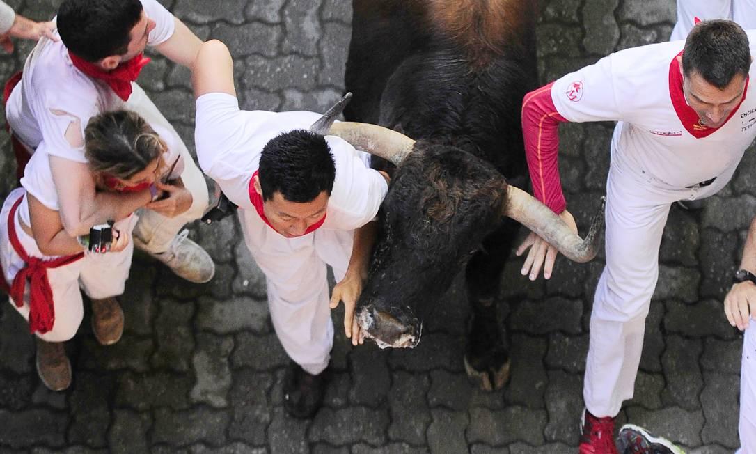 A cada dia do festival, seis touros são soltos e correm pelas ruas estreitas da cidade velha ,em um percurso 850 metros ANDER GILLENEA / AFP