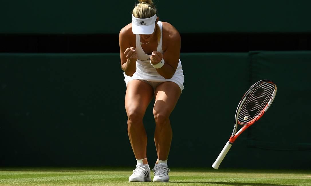 A alemã Angelique Kerber, vibra após vencer a americana Venus Williams GLYN KIRK / AFP