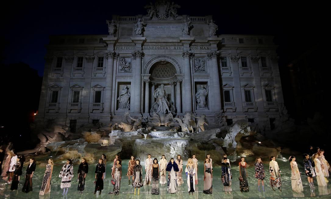 Para celebrar seus 90 anos, a Fendi armou um grande espetáculo na Fontana di Trevi, em Roma, nesta quinta-feira MAX ROSSI / REUTERS