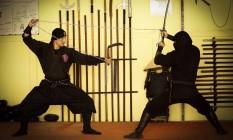 O shidoshi Victor Passos demostra como os ninjas usavam equipamentos de trabalho como armas de combate Foto: Guilherme Leporace / Agência O Globo