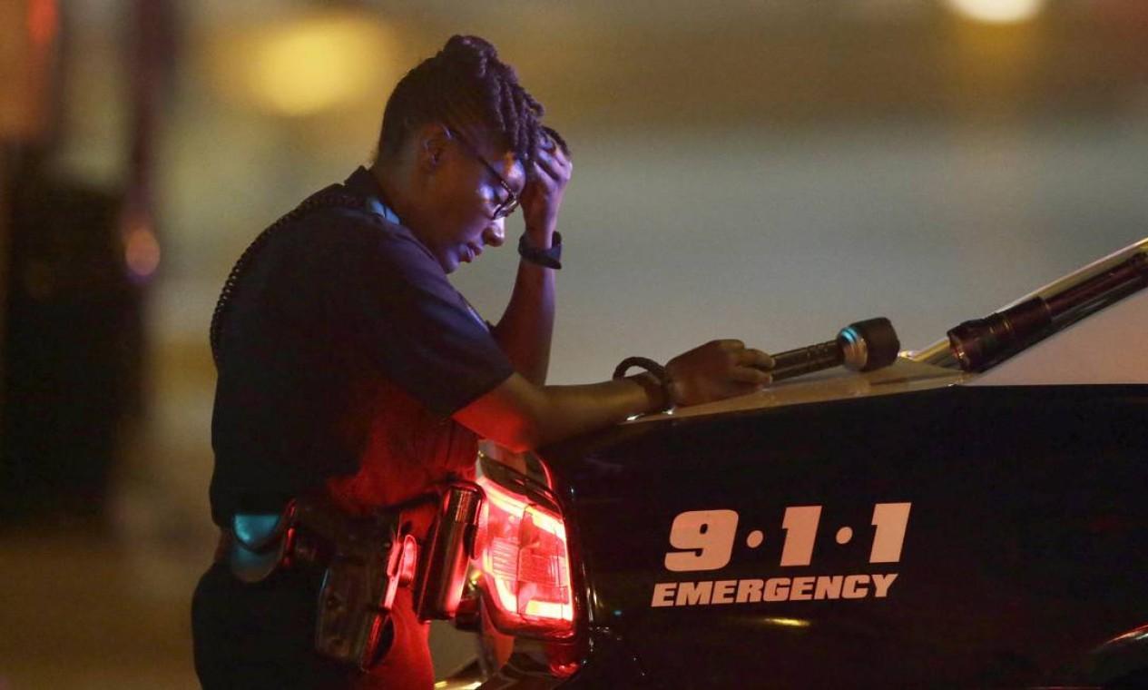 Policial desolada em um bloqueio de rua na cidade Foto: LM Otero / AP