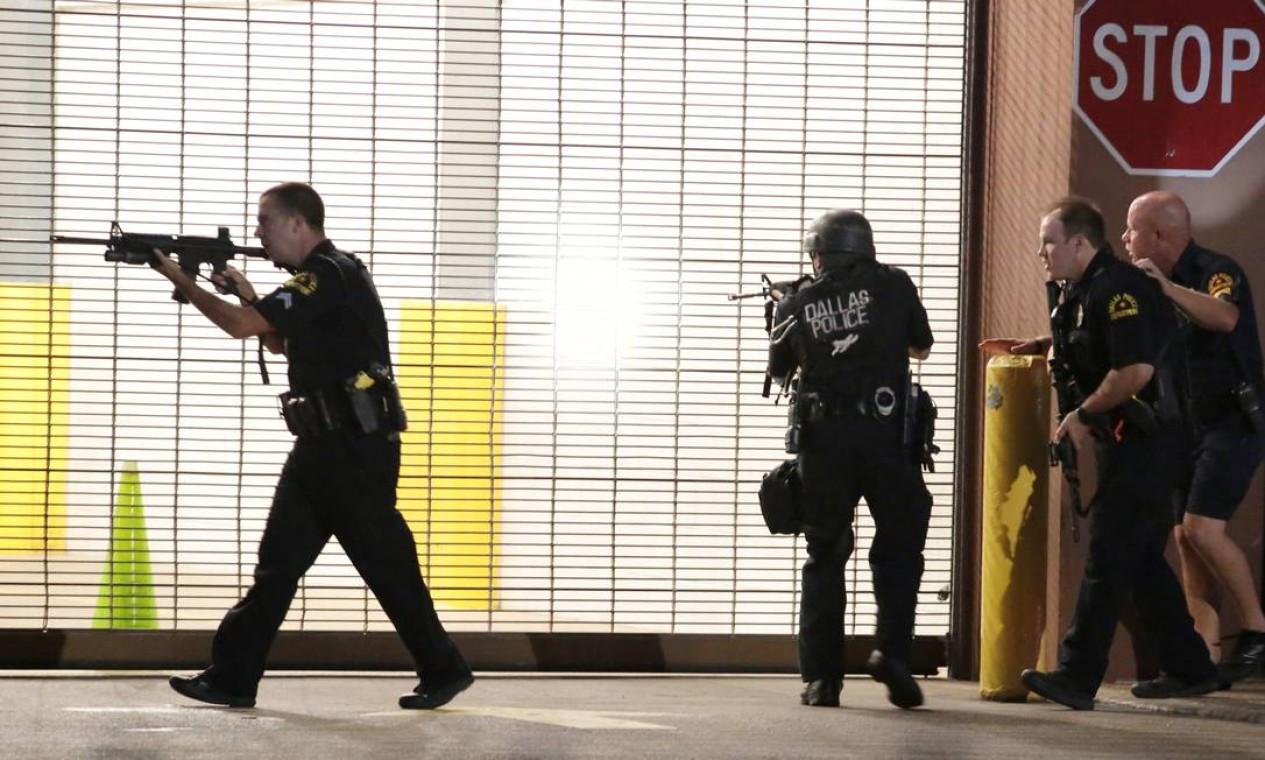 Policiais reagem após tiros disparados durante um protesto contra ação da polícia em Louisiana e Minnesota, que resultou na morte de dois homens negros Foto: Maria R. Olivas / AP