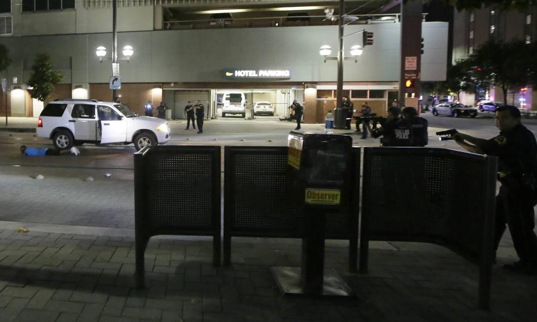 Policiais param um motorista de táxi durante as buscas pelos atiradores Foto: LM Otero / AP
