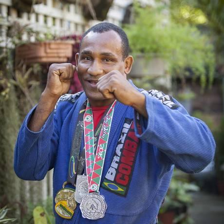 O jardineiro e lutador com medalhas conquistadas este ano Foto: Analice Paron / Agência O Globo