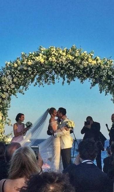 A top Ana Beatriz Barros se casou nesta sexta-feira com o empresário egípcio Karim El Chiaty, em Mykonos, na Grécia. A cerimônia foi ecumênica, já que a modelo é católica e Karim, muçulmano Reprodução/ Instagram