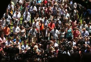 Multidão faz vigília em homenagem a policiais mortos em protesto de Dallas, no Texas Foto: SPENCER PLATT / AFP