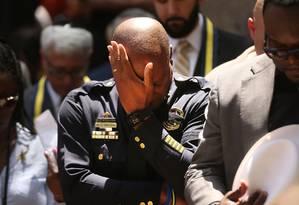 O chefe de polícia de Dallas, David Brown, durante vigília de oração pela morte de cinco policiais. Pessoas pediam justiça por dois homens negros mortos pela polícia, quando um franco-atirador abriu fogo contra os policiais Foto: SPENCER PLATT / AFP