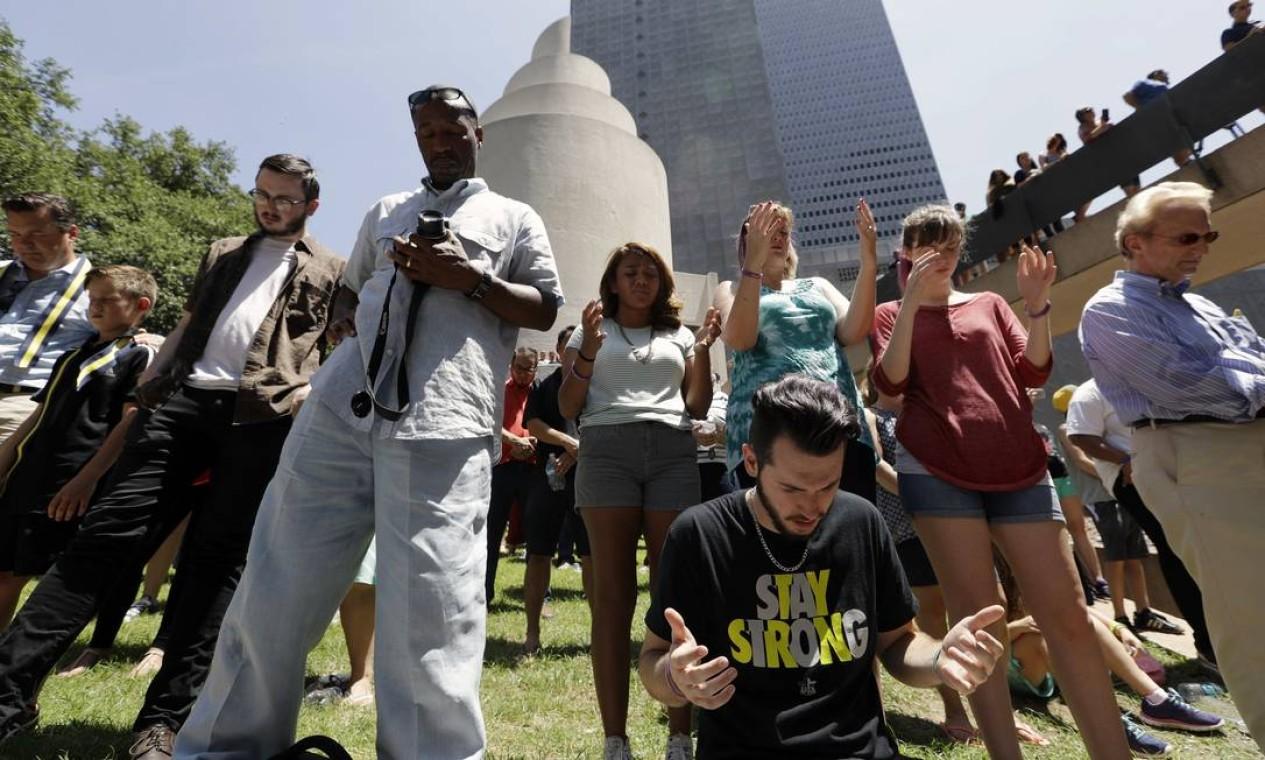 Várias pessoas participam da vigília de orações pelos policiais Foto: Eric Gay / AP