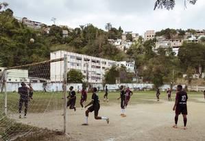 Campo de futebol no Bairro de Fátima, ao lado do Hospital municipal Carlos Tortelly: área de lazer sem conservação Foto: Leo Martins / Agência O Globo