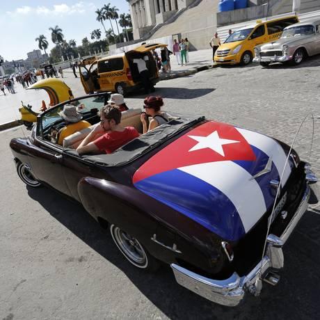 Turistas num carro antigo diante do Capitólio, em Havana: aluguéis engrossam quadro de serviços privatizados Foto: Desmond Boylan / AP