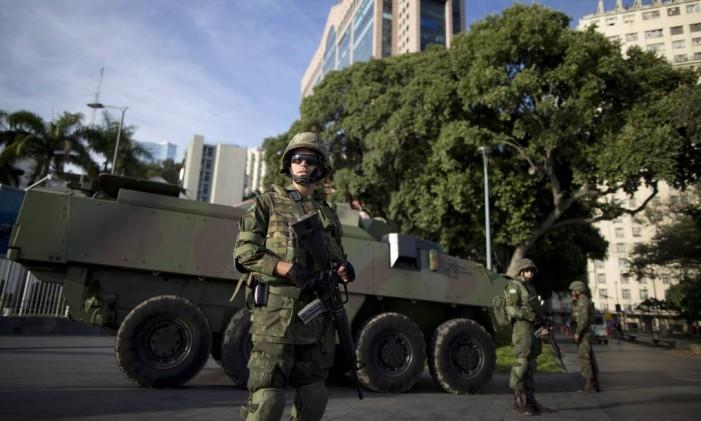 Militares das Forças Armadas participam de exercício para a atuação no policiamento ostensivo durante os Jogos Foto: Márcia Foletto / O Globo