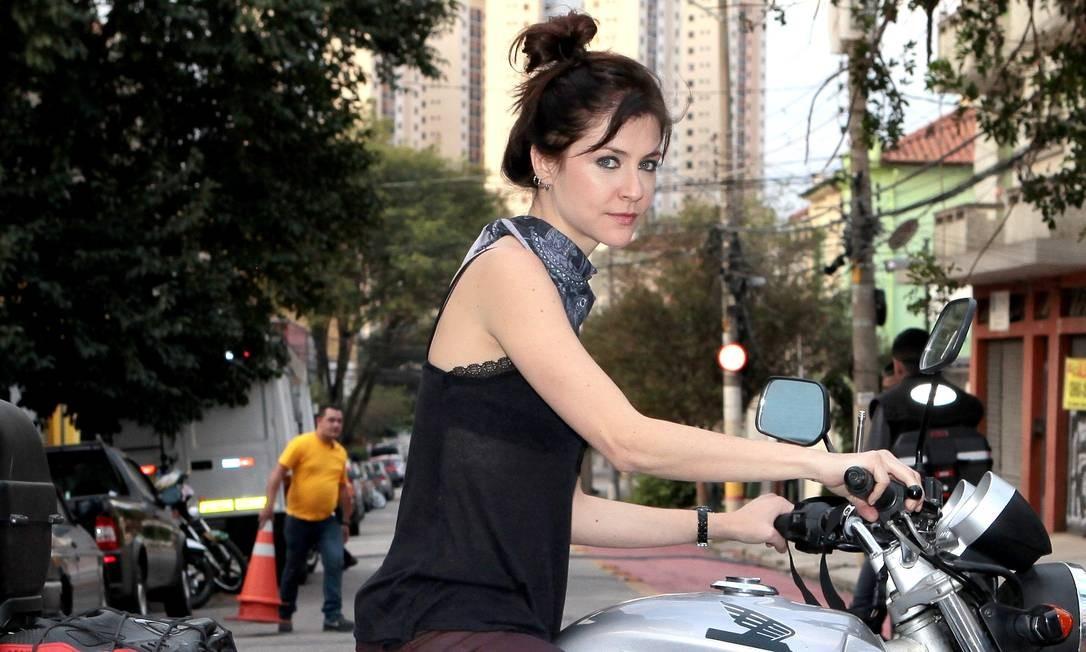 Chris Ubach é a protagonista Joana, moça que escapa para São Paulo a fim de defender o filho pequeno Foto: Divulgação/SBT