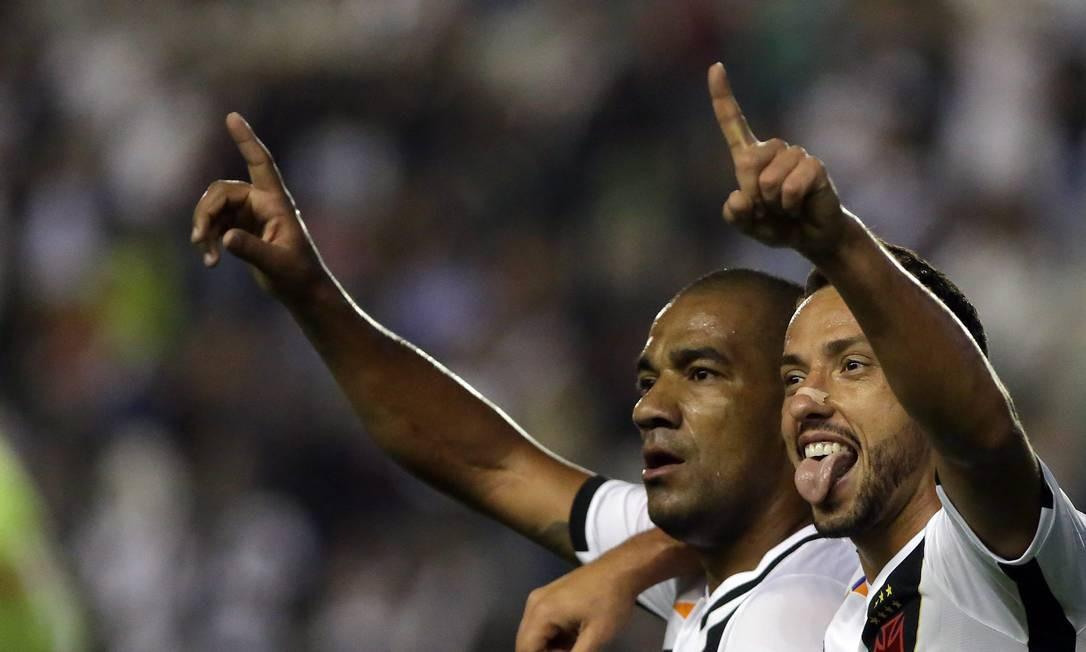 Nenê é abraçado por Rodrigo após o gol Rafael Moraes / Agência O Globo
