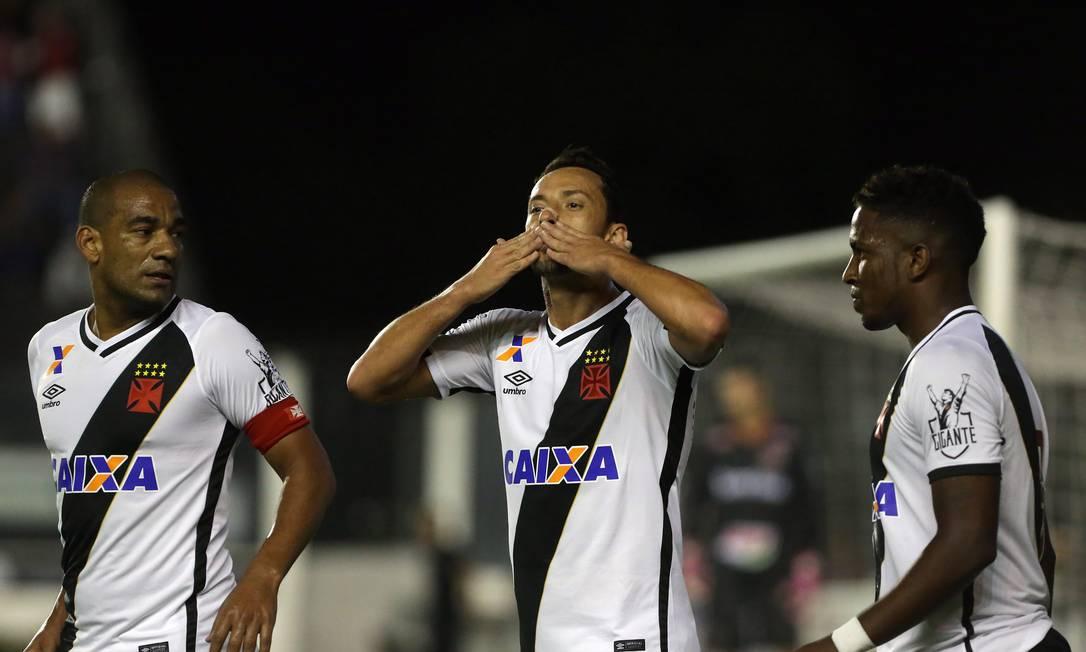 Entre Rodrigo e Thalles, Nenê manda beijos para a torcida em São Januário Rafael Moraes