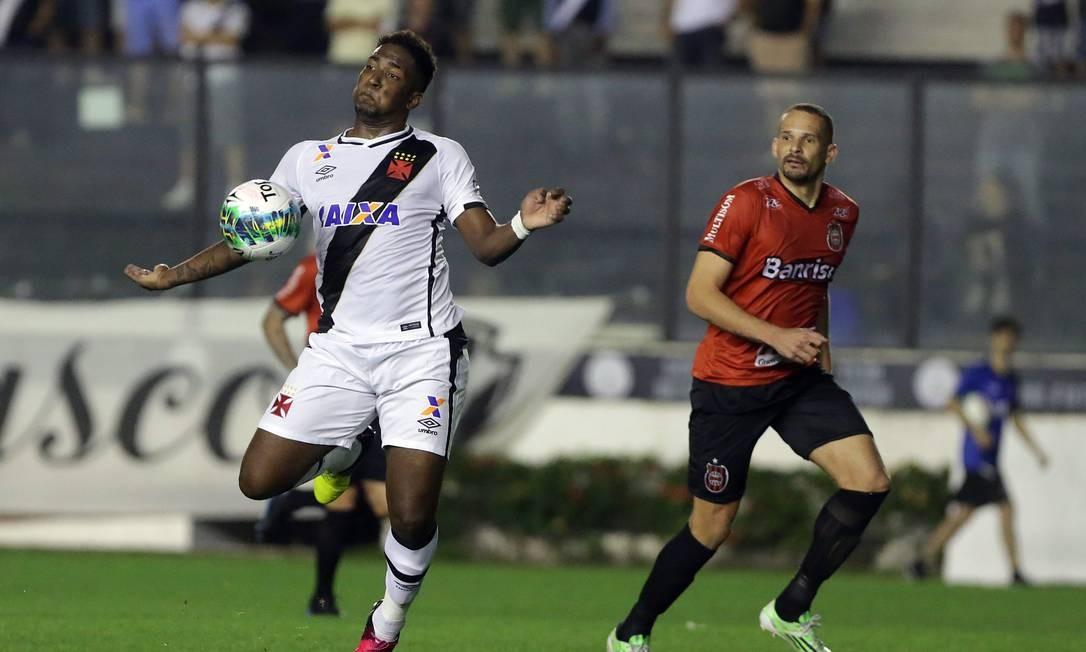 Thalles domina a bola em São Januário Rafael Moraes