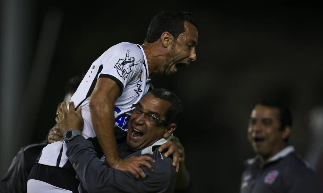 Nenê recebe o abraço de Zinho ao abrir o placar em São Januário Guito Moreto