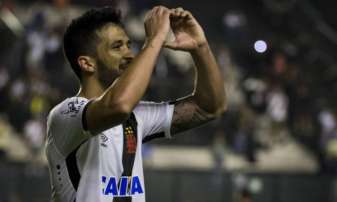 Luan comemora com a torcida o segundo gol da vitória sobre o Brasil de Pelotas Guito Moreto / Agência O Globo