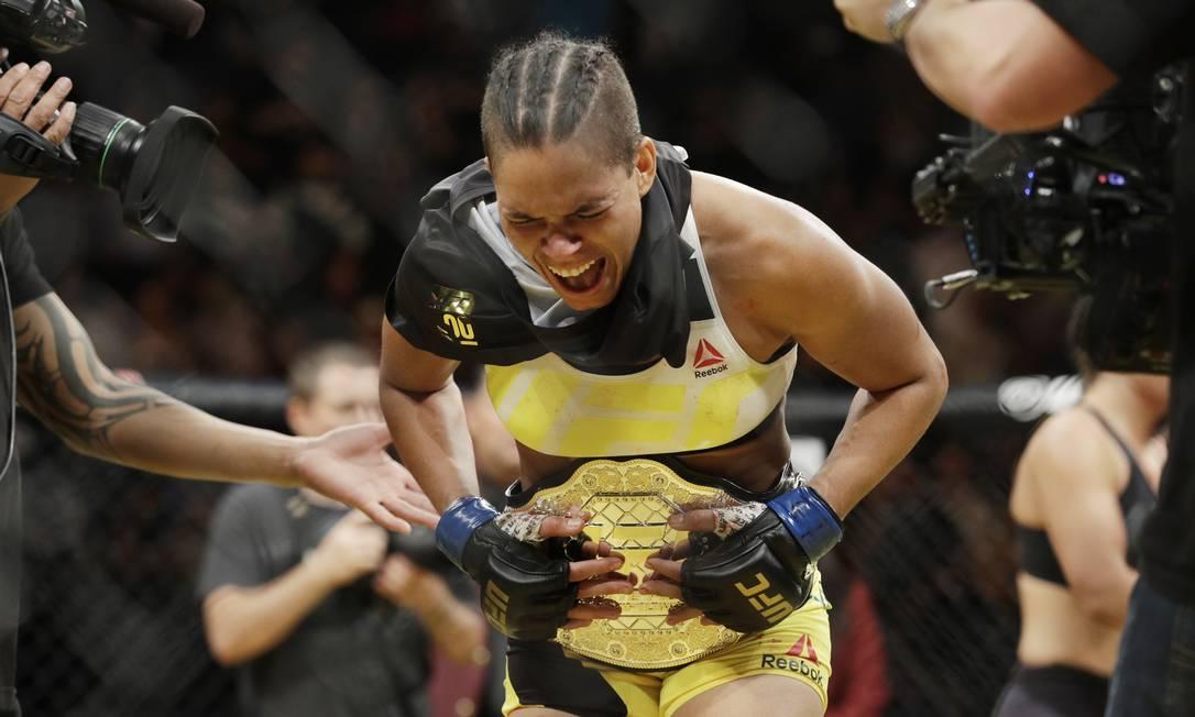 A emoção de Amanda Nunes ao receber o cinturão peso-galo, ao massacrar Miesha Tate John Locher / AP