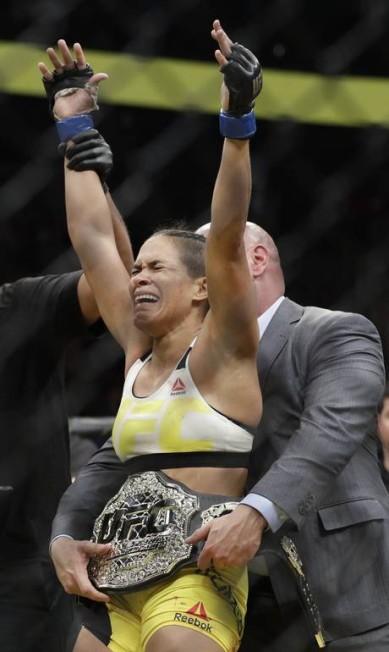 Momento histórico para o MMA brasileiro: Amanda Nunes recebe o cinturão de Dana White, presidente do UFC John Locher / AP