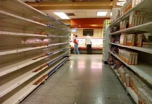 Prateleiras vazias em supermercado de Caracas evidenciam crise de alimentos Foto: JUAN BARRETO / AFP